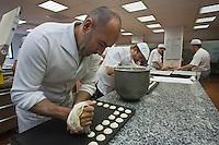 Europe/France/Aquitaine/64/Pyrénées-Atlantiques/Pays Basque/Saint-Jean-de-Luz: Fabrication des macarons chez Adam-Jean-Pierre Telleria forme les macarons sur une plaque  avec une poche à douille.