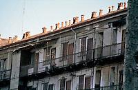 milano, una vecchia casa di ringhiera --- milan, old railing house
