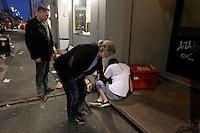 Stig Gaustad og Morten Haukeland finner en overstadig beruset utlending.  Sentrum Politistasjons etteretningsavdeling følger med på utelivet i Oslo sentrum. . (Foto:Fredrik Naumann/Felix Features)
