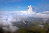 Wasserdampf des Kraftwerk Moorburg oberhalb des Nebels: EUROPA, DEUTSCHLAND, HAMBURG, (EUROPE, GERMANY), 22.10.2016: Wasserdampf des Kraftwerk Moorburg oberhalb des Nebels.Blick von Kirchdorf Sued oberhalb der Nebelschicht auf die Wasserdampf Fahne des Kraftwerks.