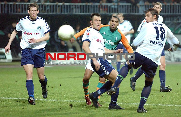 DFB-Pokal / Halbfinale 2004<br /> <br /> Werder Bremen vs VfL Luebeck<br /> Bremens Ailton schiesst den 2-2 Ausgleichstreffer in der Verlaengerung. Die Luebecker Florian Thorwart, Markus Kullig und Ferydoon Zandi haben das Nachsehen.<br /> <br /> Foto &copy; nordphoto <br /> <br />  *** Local Caption *** Foto ist honorarpflichtig! zzgl. gesetzl. MwSt.<br />  Belegexemplar erforderlich<br /> Adresse: nordphoto<br /> Georg-Reinke-Strasse 1<br /> 49377 Vechta