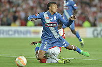 BOGOTÁ - COLOMBIA -29-09-2015: John Narvaez jugador de Emelec recibe una falta durante el encuentro de vuelta entre Independiente Santa Fe (COL) y Emelec (ECU) por octavos de final, llave C, de la Copa Sudamericana 2015 jugado en el estadio Nemesio Camacho El Campín de la ciudad de Bogota./ John Narvaez player of Nacional receives foul during secong leg match between Independiente Santa Fe (COL) and Emelec (ECU) for the knockout stages, key C, of the Copa Sudamericana 2015 played at Nemesio Camacho El Campin stadium in Bogota city.  Photo: VizzorImage/ Gabriel Aponte /Staff