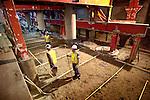 AMSTERDAM - Onder het historisch gebouw van het Centraal Station Amsterdam werkt bouwcombinatie CMM aan een metersdiepe betonnen plaat die tegelijkertijd als fundering van het stationsgebouw gaat functioneren en tevens als dak voor de onderliggende metrotunnel van de Noord/Zuidlijn. COPYRIGHT TON BORSBOOM