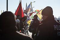 Protest gegen den Staatsbesuch des tuerkischen Premierminister Ahmet Davutoglu in Berlin. <br /> Am Freitag den 22. Januar 2016 traf sich der tuerkische Premierminister Davutoglu mit Bundeskanzlerin Angela Merkel um ueber Moeglichkeiten zur Bekaempfung von Fluechtlingen nach Europa zu beratschlagen. Davutoglu forderte im Vorfeld des Treffens weitere Milliarden Euro finanzieller Unterstuetzung fuer die Tuerkei. 3 Milliarden hat die Tuerkei bereits erhalten.<br /> Gegen den Besuch protestierten vor dem Kanzleramt Mitglieder der in der Tuerkei verfolgten Kurden und Aleviten. Sie werfen der tuerkischen Regierung die systematische Unterdrueckung jeglicher Opposition vor. Die tuerkische Regierung fuehrt seit der gewonnenen Wahl im Herbst 2015 einen inoffiziellen Buergerkrieg gegen die kurdische Bevoelkerung im Suedosten des Landes, bei dem mittlerweile hunderte Menschen ums Leben gekommen sind.<br /> Weiter warfen die Demonstranten der tuerkischen Regierung Kumpanei mit der Terrororganisation Islamischer Staat (IS) vor. Ein Augenzeuge berichtete von unhaltbaren Zustaenden in tuerkischen Fluechtlingslagern, in denen die Menschen hinter Stachedrahtzaeunen und Wachtuermen in der Kaelte ausharren muessen und nicht zurueck nach Syrien duerften.<br /> 22.1.2016, Berlin<br /> Copyright: Christian-Ditsch.de<br /> [Inhaltsveraendernde Manipulation des Fotos nur nach ausdruecklicher Genehmigung des Fotografen. Vereinbarungen ueber Abtretung von Persoenlichkeitsrechten/Model Release der abgebildeten Person/Personen liegen nicht vor. NO MODEL RELEASE! Nur fuer Redaktionelle Zwecke. Don't publish without copyright Christian-Ditsch.de, Veroeffentlichung nur mit Fotografennennung, sowie gegen Honorar, MwSt. und Beleg. Konto: I N G - D i B a, IBAN DE58500105175400192269, BIC INGDDEFFXXX, Kontakt: post@christian-ditsch.de<br /> Bei der Bearbeitung der Dateiinformationen darf die Urheberkennzeichnung in den EXIF- und  IPTC-Daten nicht entfernt werden, diese sind in digitalen Medien nach §9