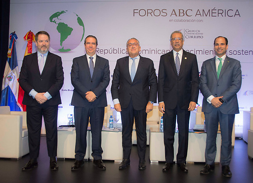 Bieito Rubido, director de ABC; Francisco Javier, ministro de Turismo;  Víctor Moro, presidente de Vima World; Simón Lizardo Mézquita, administrador general de Banco de Reservas, y Frank Elías Rainieri, CEO del Grupo Punta Cana.
