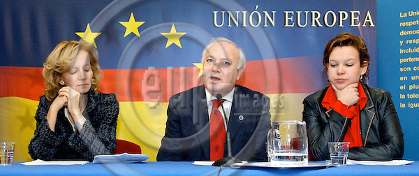 Brussels-Belgium - January 07, 2005---The three members of the Government of Spain, Elena SALGADO MÉNDEZ (Mendez) (le), Minister for Health and Consumer Affairs, Miguel Ángel (Angel) MORATINOS CUYAUBÉ (Cuyaube) (ce), Minister for Foreign Affairs, and Leire PAJÍN (Pajin) IRAOLA (ri), State Secretary for International Cooperation, during their press briefing after the EU-Council meeting on the 'Tsunami' relief programme, in the 'Justus Lipsius', seat of the Council of the EU---Photo: Horst Wagner/eup-images