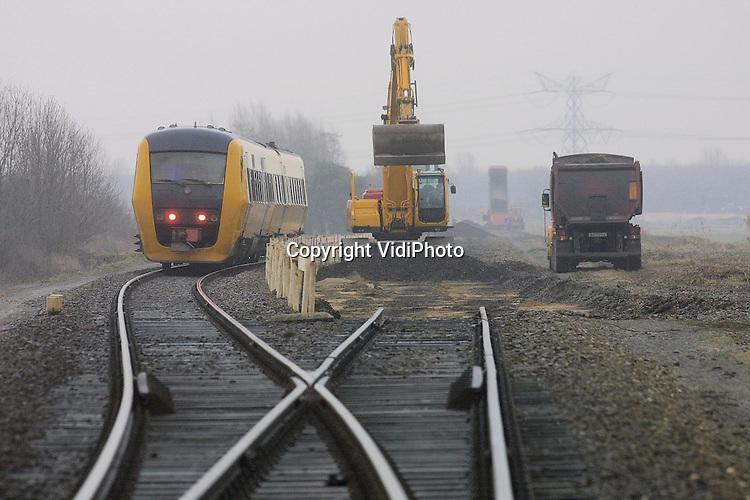 Foto: VidiPhoto..ELST - De oude spoorlijn Zetten-Nijmegen wordt deze week bij Elst in de Betuwe afgegraven door Wabru-Gejo Infra uit Gendt. Het afgraven is nodig om een reconstructie van het huidige spoor Tiel-Elst op dezelfde plek mogelijk te maken. Bij Elst splitsten beide lijnen zich namelijk. De lijn Zetten-Nijmegen is al zeker 30 jaar niet meer in gebruik. Ter plaatse wordt 10.000 ton grint afgegraven en later schoongemaakt voor hergebruik.