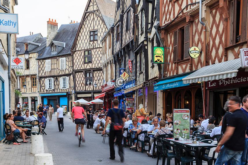 France, Cher (18), Bourges, les maisons à pans de bois  et les commerces de la rue Jean Girard // France, Cher, Bourges, the timber-framed houses and shops of the Jean Girard street