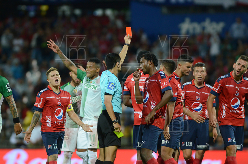 MEDELLÍN - COLOMBIA, 26-08-2017: Carlos Mario Herrera Bernal, arbitro, muestra la tarjeta roja a Didier Moreno del Medellín durante el partido entre Independiente Medellín y Atletico Nacional por la fecha 10 de la Liga Águila II 2017 jugado en el estadio Atanasio Girardot de la ciudad de Medellín. / Carlos Mario Herrera Bernal, referee, shows the red card to Didier Morenom of Medellin during the match between Independiente Medellin and Atletico Nacional for the date 10 of the Aguila League II 2017 played at Atanasio Girardot stadium in Medellin city. Photo: VizzorImage/ León Monsalve / Cont