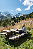 Switzerland, Canton Valais, Evolène - district Arolla: summer and winter resort at the end of the Val d'Hérens, having a picnic above the village centre with summit Pigne d'Arolla at background | Schweiz, Kanton Wallis, Evolène - Ortsteil Arolla: Sommer- und Winterferienort im oberen Talabschluss des Val d'Hérens (Eringertal), Picknick oberhalb des Ortes, im Hintergrund die Pigne d'Arolla