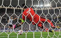 FUSSBALL EURO 2016 VIERTELFINALE IN BORDEAUX Deutschland - Italien      02.07.2016 Jonas Hector (li, Deutschland) kann den entscheiden Elfmeter verwandeln. Torwart Gianluigi Buffon (re, Italien) ist zwar dran, der Ball aber trotzdem drin.