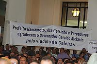 SAO PAULO, SP, 18 JANEIRO 2012 - Moradores dde cidades da Grande Sao Paulo se manifestam atraves de faixas, durante anuncio de investimentos do Fumefi nos municipios de Jandira, Mairipora, Biritiba Mirim, Embu-Guaçu, Cotia e Caieiras no Palacio dos Bandeirantes na regiao sul da capital paulista na tarde dessa quarta-feira, 18. FOTO: MILENE CARDOSO - NEWS FREE.