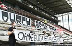 nph00001  v.l. Praesident Oke Goettlich (St. Pauli), Vizepraesident Jochen Winand, Vizepraesidentin Christiane Hollander, Vizepraesident Carsten Hoeltkemeyer, Vizepraesident Joachim Pawlik mit Transparent ''Ohne Euch ist alles nix!'' vor leeren Raengen im Millerntor-Stadion<br /> Hamburg, 17.05.2020, Fussball 2. Bundesliga, FC St. Pauli - 1. FC Nuernberg <br /> <br /> Foto: Tim Groothuis/Witters/Pool//via Kokenge/nordphoto