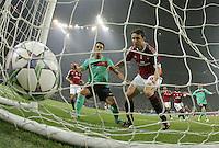 FUSSBALL   CHAMPIONS LEAGUE   SAISON 2011/2012     23.11.2011 AC Mailand - FC Barcelona Enttaeuschung Mark Van Bommel (Mitte, AC Mailand) nach seinem Eigentor zum  0-1; Xavi Hernandez (li hinten, Barca) beobachtet den Ball