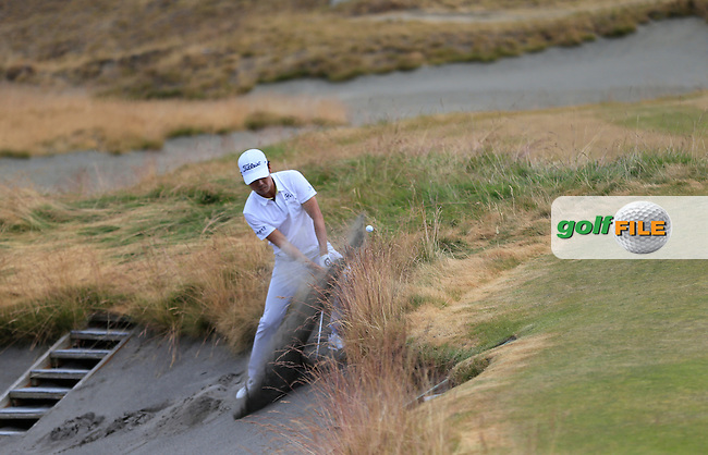 Kevin NA (USA) chips from the sand at the 17th green during Thursday's Round 1 of the 2015 U.S. Open 115th National Championship held at Chambers Bay, Seattle, Washington, USA. 6/18/2015.<br /> Picture: Golffile | Eoin Clarke<br /> <br /> <br /> <br /> <br /> All photo usage must carry mandatory copyright credit (&copy; Golffile | Eoin Clarke)