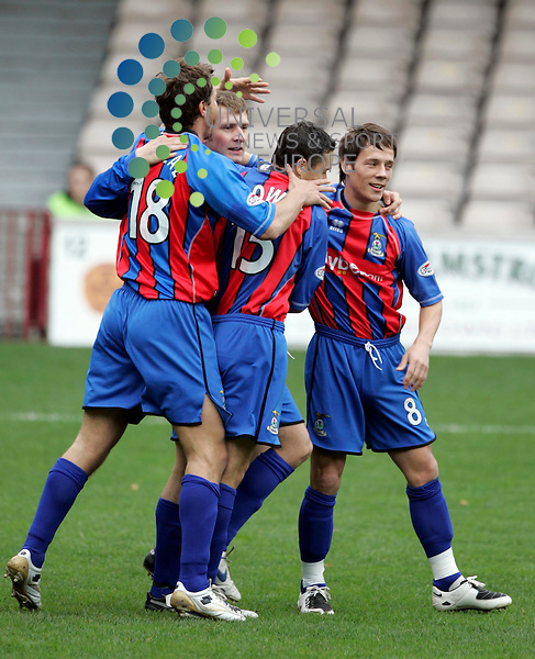 Dennis Wyness with team mates after scoring from a penalty during the Scottish Premier League (SPL) Grenta v Inverness Caledonian Thistle..Maurice McDonald/Universal News Photo. .27/October/2007. .