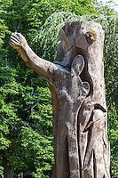 France, Aquitaine, Landes, Aire-sur-l'Adour, La sculpture du cèdre bicentenaire  // France, Aquitaine, Landes, Aire sur l'Adour, Carving cedar bicentennial