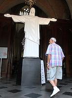 ATENCAO EDITOR: FOTO EMBARGADA PARA VEICULO INTERNACIONAL - SAO PAULO, SP, 21 NOVEMBRO 2012 – EXPOSIÇAO CRISTO REDENTOR PARA TODOS - Imagem do Cristo Redentor e vista na entrada da Catedral da Se, no centro de Sao Paulo, na manha desta quinta-feira (22). A imagem foi doada à catedral pelo governo do Rio de Janeiro.nesta quinta-feira 22 (FOTO: LEVY RIBEIRO / BRAZIL PHOTO PRESS)