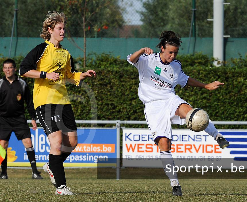 DVK Egem - RSC Anderlecht : Marjorie De Rammelaere aan de bal voor Sharon Vervaeke.foto DAVID CATRY / Vrouwenteam.be
