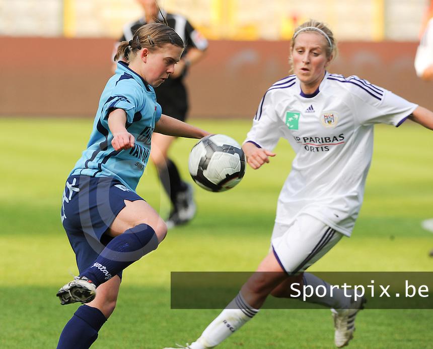 15 Mei 2010 Bekerfinale vrouwen : Sinaai Girls - RSC Anderlecht  : Elien De Wilde aan de bal voor Marijke Callebaut.foto DAVID CATRY / Vrouwenteam.be