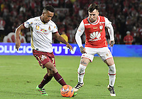 BOGOTÁ -COLOMBIA, 18-12-2016: Jonathan Gomez (R) player of Independiente Santa Fe struggles for the ball with Victor Giraldo (L) player of Deportes Tolima, during a match for the second leg between Independiente Santa Fe and Deportes Tolima, for the final of the Liga Aguila II -2016 at the Nemesio Camacho El Campin Stadium in Bogota city. Photo: VizzorImage/ Gabriel Aponte / Staff