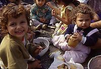ITALIA Torino  Campo nomadi Rom  (Campo dell'Arrivore, 2001)   pranzo, bambini