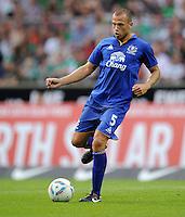 FUSSBALL   INTERNATIONAL  SAISON 2011/2012   TESTSPIEL SV Werder Bremen - FC Everton                 02.08.2011 John HEITINGA (FC Everton) Einzelaktion am Ball