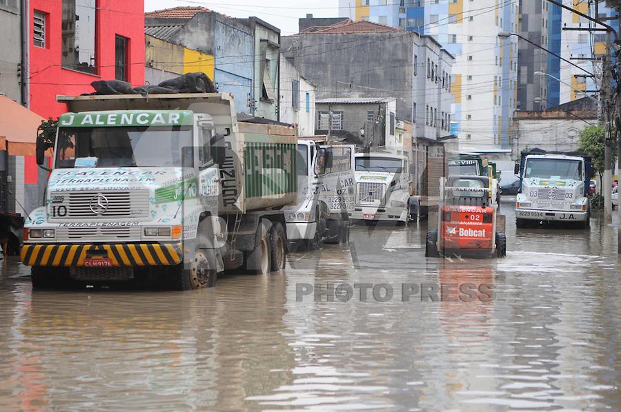 SAO PAULO, SP, 31 DE JANEIRO DE 2012. Um cano de agua estourou na Rua Sao Caetano, a agua alagou a Rua Joao Jacinto.   (FOTO: ADRIANO LIMA - NEWS FREE)