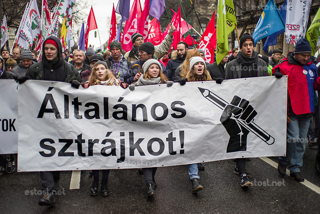 "UNGARN, 05.01.2019, Budapest VI. Bezirk. Demonstration der Gewerkschaften und der Opposition gegen das von der Fidesz-Regierung eingebrachte ""Sklavengesetz"", das die Zahl der moeglichen Ueberstunden massiv erhoeht und ihre Abrechnung erschwert: Die Studenten fordern den Generalstreik. Junge Frauen in der ersten Reihe. 
