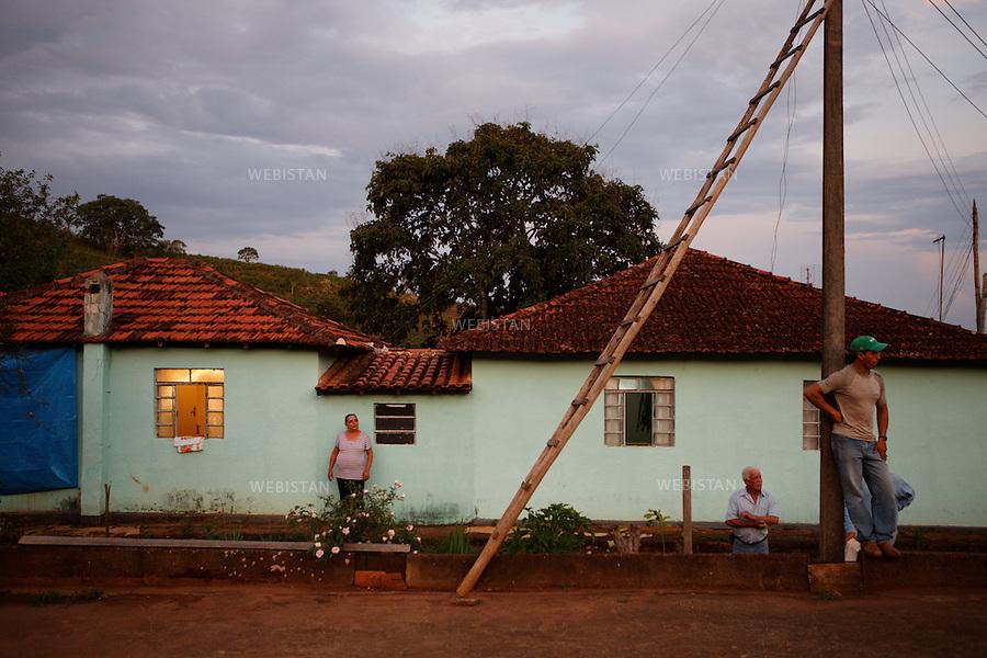 Bresil, Etat de  Minas Gerais, Muzambinho, fazenda de la famille De Souza, 29  octobre 2012.<br />  <br /> Les quatre membres de la famille De Souza travaillant sur leur exploitation&nbsp; : Denir Amelia, la mere, Naor, le pere, et leurs deux fils, Daniel et Noe.<br /> Reportage les Chants de cafe_soul of coffee, realise sur les acteurs terrain du programme de developpement durable Triple AAA de Nespresso.<br /> <br /> Brazil, Minas Gerais, Muzambinho, De Souza family&rsquo;s Fazenda, October 29, 2012 <br /> <br /> The four members of the De Souza family work on their farm: Denir Amelia, the mother, Naor, the father, and their two sons, Daniel and Noe. <br /> Assignment: les Chants de cafe_ Soul of Coffee, implemented on the fields of Nespresso&rsquo;s AAA Sustainable Quality Program.