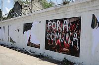 SAO PAULO, SP, 19.11.2013 - VANDALISMO FOTOPROTESTO - Exposição promovida por fotógrafos que cobriram protestos amanheceu pichada e com fotos arrancadas, nesta segunda feira, 19, no muro do cemitério do Araçá, Avenida Dr Arnaldo, zona oeste da capital.  (Foto: Alexandre Moreira / Brazil Photo Press)