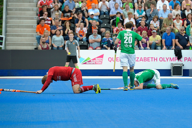 ENG - London, England, August 29: During the men bronze medal match between Ireland (green) and England (red) on August 29, 2015 at Lee Valley Hockey and Tennis Centre, Queen Elizabeth Olympic Park in London, England. Final score 4-2 (2-2). (Photo by Dirk Markgraf / www.265-images.com) *** Local caption *** Ashley JACKSON #7 of England, Michael DARLING #20 of Ireland, Kirk SHIMMINS #15 of Ireland