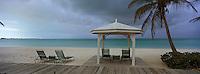Iles Bahamas /Ile de Long Island: la plage de l'Hotel Cape Santa Maria - Transat et océan Atlantique sous ciel orageux