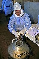 Equipe técnica de pesquisa de hantavírus do Instituto Adolfo Lutz, Ribeirão Preto. São Paulo. 2000. Foto de Juca Martins.