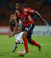 MEDELLIN - COLOMBIA -12 -07-2016: Juan Valencia (Der.) jugador de Deportivo Independiente Medellin disputan el balón con Duvan Vergara (Izq.) jugador de Envigado FC, durante partido entre Deportivo Independiente Medellin y Atletico Junior, por la fecha 3 de la Liga Aguila II 2016, en el estadio Atanasio Girardot de la ciudad de Medellin. / Juan Valencia (R) player of Deportivo Independiente Medellin, fights for the ball with Duvan Vergara (L), player of Envigado FC, during a match between Deportivo Independiente Medellin and Envigado FC, for the date 3 of the Liga Aguila II 2016 at the Atanasio Girardot stadium in Medellin city. Photos: VizzorImage  / Leon Monsalve / Cont.