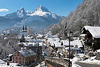Deutschland, Bayern, Oberbayern, Berchtesgadener Land, Berchtesgaden mit Schloss und Stiftskirche vorm Watzmann (2.713 m) | Germany, Bavaria, Upper Bavaria, Berchtesgadener Land, Berchtesgaden with castle, collegiate church and Watzmann mountain (2.713 m)