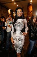 SAO PAULO, SP, 19 DE MARÇO DE 2013. SPFW - PRIMAVERA VERAO 2013 - FORUM.A empresaria Cosete Gomes aguarda o inicio do desfile primavera/verão 2014 da marca .FORUM , no segundo dia de desfiles DA SPFW, no Pavilhão da Bienal.   a empresaria usa vestido da estilista portuguesa Fatima Lopes. .FOTO ADRIANA SPACA/BRAZIL PHOTO PRESS