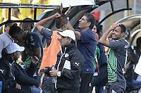 BOGOTÁ -COLOMBIA, 14-02-2016. Santiago Escobar técnico y jugadores de La Equidad reaccionan al perder una opción de gol durante partido con Deportivo Cali por la fecha 3 de la Liga Águila I 2016 jugado en el estadio Metropolitano de Techo de la ciudad de Bogotá./ Santiago Escobar coach and players of La Equidad react after losing a goal opportunity during match against Deportivo Cali for the date 3 of the Aguila League I 2016 played at Metropolitano de Techo stadium in Bogotá city. Photo: VizzorImage/ Gabriel Aponte / Staff