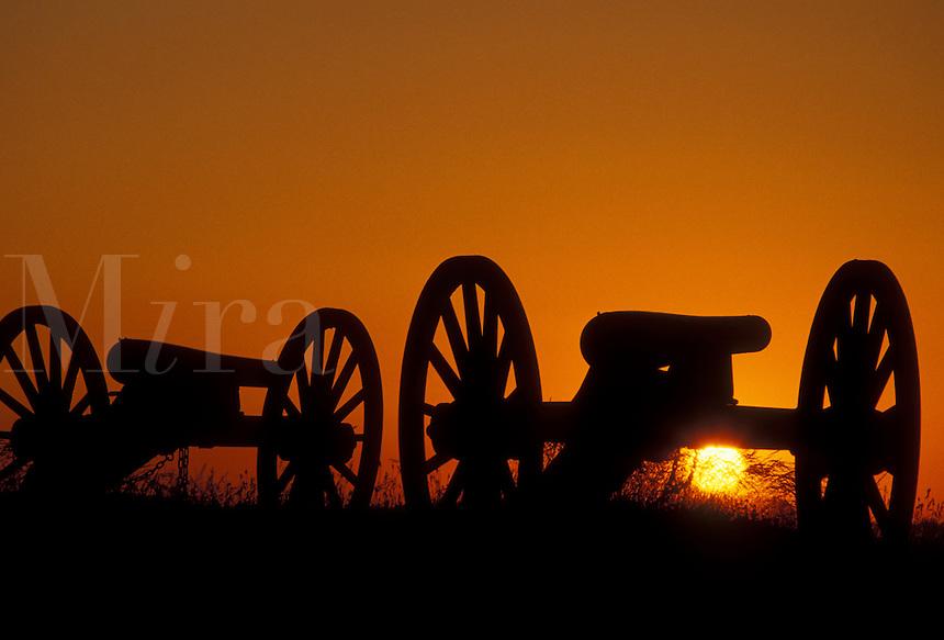 AJ2704, Gettysburg, cannons, battery, battle, battlefield, sunrise, sunset, Gettysburg Military Park, Pennsylvania, Silhouette of cannons at sunset on East Cemetery Hill a battlefield site at Gettysburg National Military Park in Gettysburg in the state of Pennsylvania.