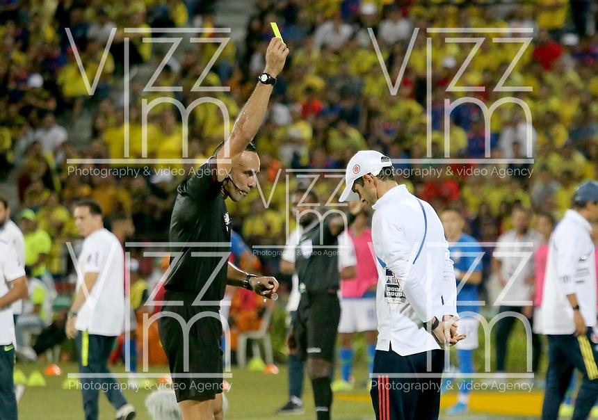 BUCARAMANGA – COLOMBIA, 03-02-2020: Angel Arteaga (VEN), arbitro, muestra la tarjeta amarilla a Arturo Reyes técnico de Colombia durante partido entre Colombia U-23 y Brasil U-23 por el cuadrangular final como parte del torneo CONMEBOL Preolímpico Colombia 2020 jugado en el estadio Alfonso Lopez en Bucaramanga, Colombia. / Angel Arteaga (VEN), referee, shows the yellow card to Arturo Reyes coach of Colombia during the match between Colombia U-23 and Brazil U-23 for for the final quadrangular as part of CONMEBOL Pre-Olympic Tournament Colombia 2020 played at Alfonso Lopez stadium in Bucaramanga, Colombia. Photo: VizzorImage / Jaime Moreno / Cont