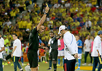 BUCARAMANGA – COLOMBIA, 03-02-2020: Angel Arteaga (VEN), arbitro, muestra la tarjeta amarilla a Arturo Reyes técnico de Colombia durante partido entre Colombia U-23 y Brasil U-23 por el cuadrangular final como parte del torneo CONMEBOL Preolímpico Colombia 2020 jugado en el estadio Alfonso Lopez en Bucaramanga, Colombia. / Angel Arteaga (VEN), referee, shows the yellow card to Arturo Reyes coach of Colombia during the match between Colombia U-23 and Brazil U-23 for for the final quadrangular as part of CONMEBOL Pre-Olympic Tournament Colombia 2020 played at Alfonso Lopez stadium in Bucaramanga, Colombia. Photo: VizzorImage / Jaime Moreno / Cont