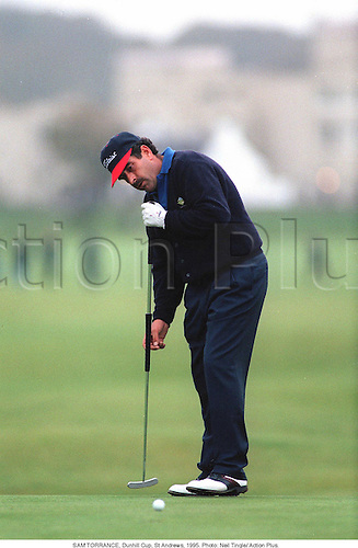 SAM TORRANCE (SCO) putting, Dunhill Cup, St Andrews, .950. Photo: Neil Tingle/ Action Plus...1995.golf.putt putting.golfer golfers