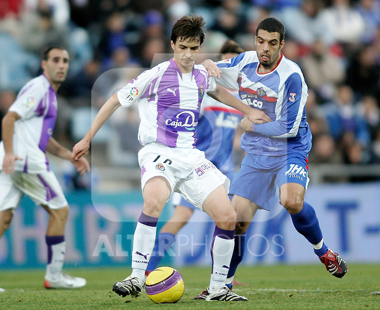 Real Valladolid's Alvaro Rubio (l) and Gatafe's Fabio Celestini (r) during the Spanish League match between Getafe and Real Valladolid at Alfonso Perez Coliseum in Getafe, January 06 2008. (ALTERPHOTOS/Acero).