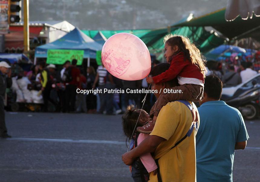 Oaxaca de Ju&aacute;rez. 05 de Enero de 2014.- La costumbre del &ldquo;D&iacute;a de Reyes&rdquo; la cual tiene sus or&iacute;genes en la religi&oacute;n cat&oacute;lica, misma que se ha pasado de generaci&oacute;n en generaci&oacute;n, enmarca estas fechas donde miles de ni&ntilde;os ilusionados piden a Gaspar, Melchor y Baltazar sus regalos bas&aacute;ndose en su comportamiento de todo el a&ntilde;o.<br /> <br /> Dicha tradici&oacute;n se remonta a los tiempos b&iacute;blicos cuando los tres reyes magos hacen su visita al ni&ntilde;o Jes&uacute;s ante su nacimiento, llevando consigo regalos para &eacute;l, sin embargo este pasaje b&iacute;blico se ha adaptado a nuestros tiempos, y repetido por a&ntilde;os entre las generaciones, tanto que hasta nuestros d&iacute;as se ha podido conservar esta costumbre, donde todos los infantes reciben obsequios en sus hogares comprados con el esfuerzo de sus padres.<br /> <br /> Esta costumbre se basa en que los ni&ntilde;os escriben en una carta sus deseos, citando tambi&eacute;n sus buenas obras ante los reyes magos, lo anterior con el objetivo de congraciar a los visitantes y estos dejen sus obsequios, en tanto, en el pasado los ni&ntilde;os redactaban el texto y lo dejaban en sus zapatos, pero la costumbre se ha modificado a trav&eacute;s del tiempo, por lo que ahora los ni&ntilde;os env&iacute;an sus peticiones en un papel atado a un globo.<br /> <br /> Ante la celebraci&oacute;n del &ldquo;D&iacute;a de Reyes&rdquo;, viene con ello la partida de la &ldquo;Rosca&rdquo;, pan tradicional que se sirve a la mesa de cada hogar el d&iacute;a 6 de enero, lo anterior como parte de una tradici&oacute;n adoptada desde el virreinato en M&eacute;xico.<br /> <br /> Este postre compuesto por pan, higos, miel, az&uacute;car, cerezas, duraznos y algunos otros adornos de caramelo, va relleno de mu&ntilde;ecos de pl&aacute;stico, lo anterior a motivo de emular el pasaje b&iacute;blico cuando Jos&eacute; y Mar&iacute;a escondieron al ni&ntilde