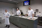 Elena Arzak (L), Xabi Gutierrez (C) Igor Zalacain (R) en la Masterclass en el Basque Culinary Center