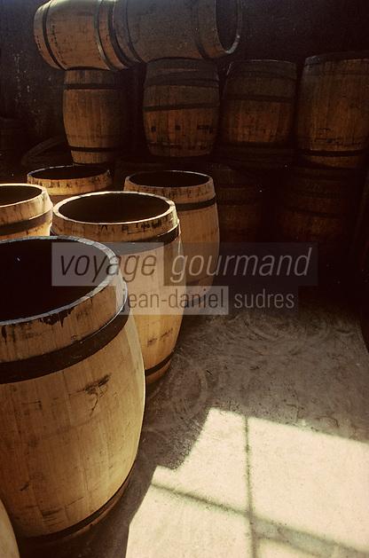 Europe/France/Poitou-Charentes/16/Charente/Cognac/Tonnellerie Seguin Moreau: Taille du chanfrein<br /> PHOTO D'ARCHIVES // ARCHIVAL IMAGES<br /> FRANCE 1990