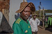 Elias M., 40, illegaler Goldgräber aus dem Slum New Canada in Johannesburg, Südafrika (orangefarbenes Shirt). Hinten: Der illegale Goldgräber Joe H., 42