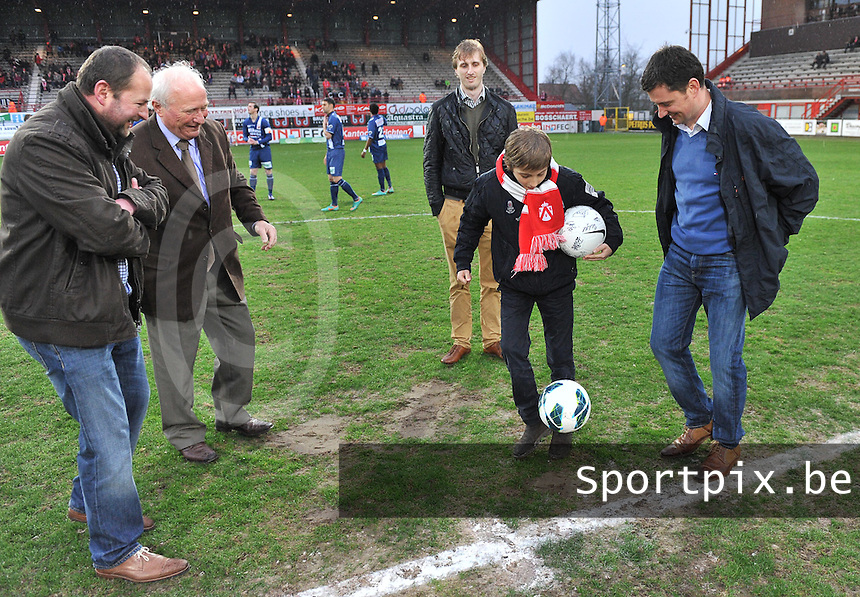 KV Kortrijk - RAEC Mons / Bergen  : aftrap van de wedstrijd met matchbalschenker Dutry Power.foto VDB / BART VANDENBROUCKE