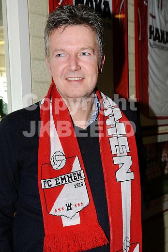 EMMEN - Voetbal FC Emmen kan het seizoen uitspelen. Tien sponsoren hebben vijf ton bijeengebracht waarmee de club tot de zomer is gered    Ronald Lubbers, voorzitter stichtingsbestuur FC Emmen bij de supporters..