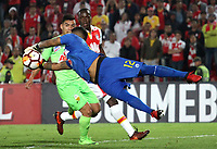 BOGOTÁ - COLOMBIA, 8-02-2018:Beycker Velasquez (Der.) jugador del Táchira de Venezuela  disputa el balón con el Independiente Santa Fe de Colombia  durante partido de vuelta de la segunda fase  de la Copa Conmebol Libertadores de América 2018 jugado en el estadio Nemesio Camacho El Campín de la ciudad de Bogotá. / :Beycker Velasquez (Der.) goalkeeperof of Tachira of Venezuela  disputes the ball with Independiente Santa Fe de Colombia during second leg match of the Copa Conmebol Libertadores de América 2018 played at the Nemesio Camacho El Campin stadium from the city of Bogota. Photo: VizzorImage / Felipe Caicedo / Staff.